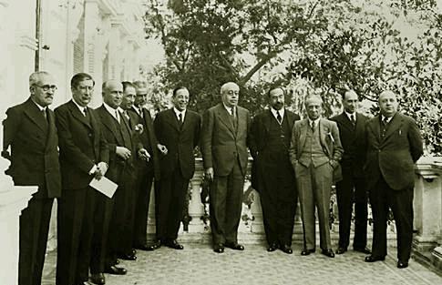 Lluís Companys és el quart per l'esquerra, després de Largo Caballero. Companys era, en aquell moment, ministre de Marina al govern d' Azaña.