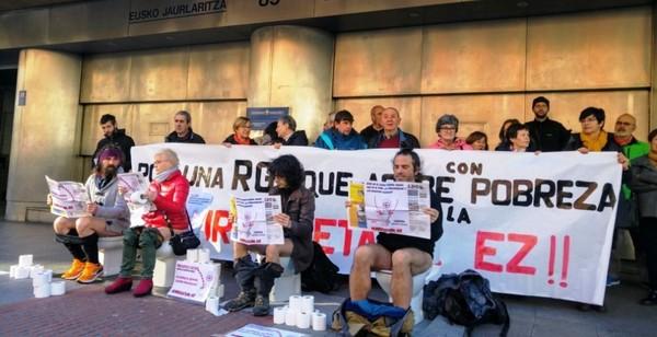 Momento de la movilización frente a la delegación del Gobierno Vasco en Bilbao
