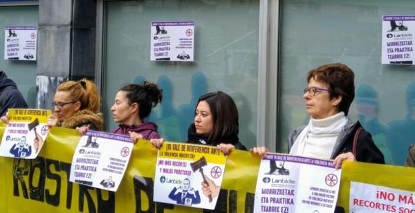 Momneto de la concentración frente a la oficina de Lanbide
