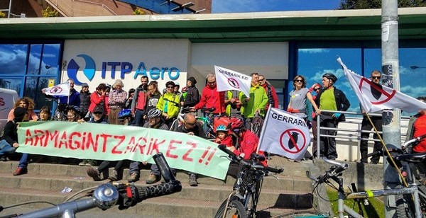 Momento de la marcha en bici contra la guerra y la industria militar delante de la empresa ITPAero