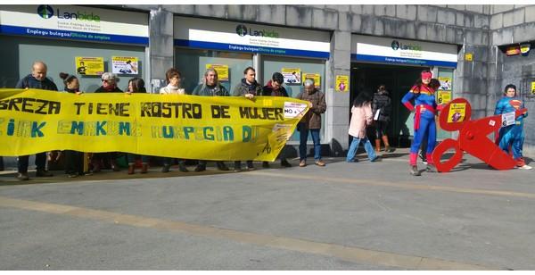 Momento de la concentración frente a las oficinas de Lanbide en Barakaldo