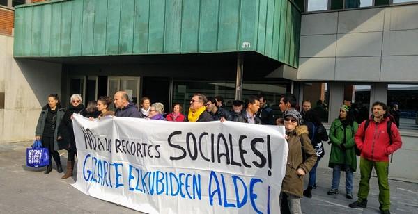 Momento de la concentración frente al Ayuntamiento de Barakaldo