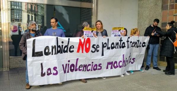 Momento de la concentración delante de las oficinas del Ararteko