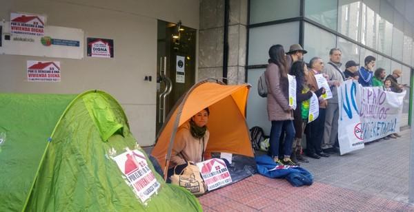 momneto de la protesta delante de las oficinas de Alokabide en Bilbo
