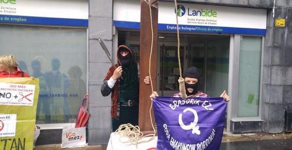 Momento de la concentración frente a la oficina de Lanbide