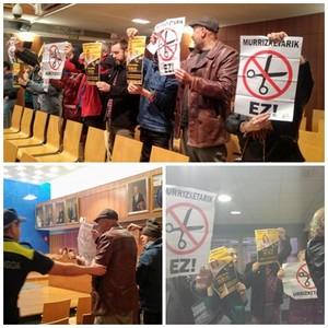 Momento de la protesta en el Ayuntamiento
