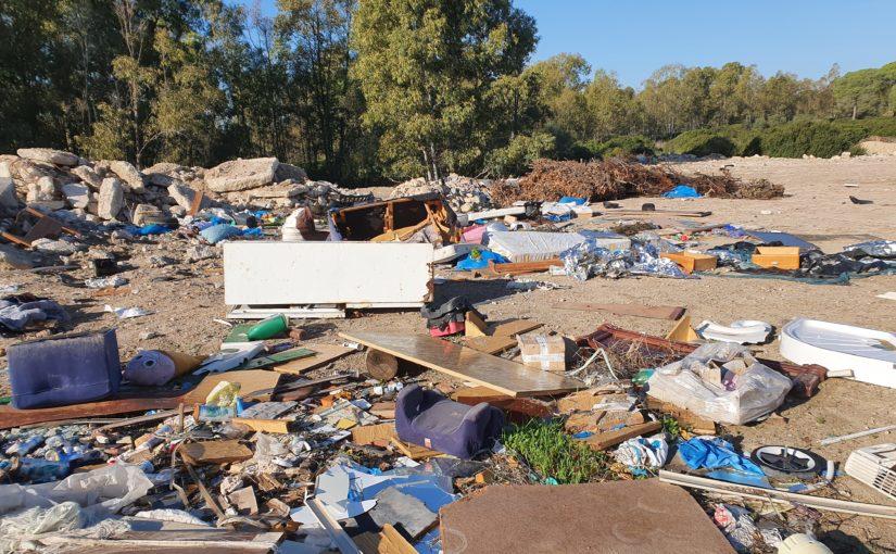La escombrera del Rancho Linares se convierte en un vertedero de basuras